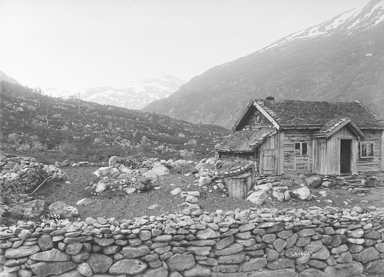 A cotter's holding - husmannsplass - in Lærdal, Sogn og Fjordane, Norway - in 1907.   Photo: Anders Beer Wilse - Norsk Folkemuseum nb.no cc pdm.