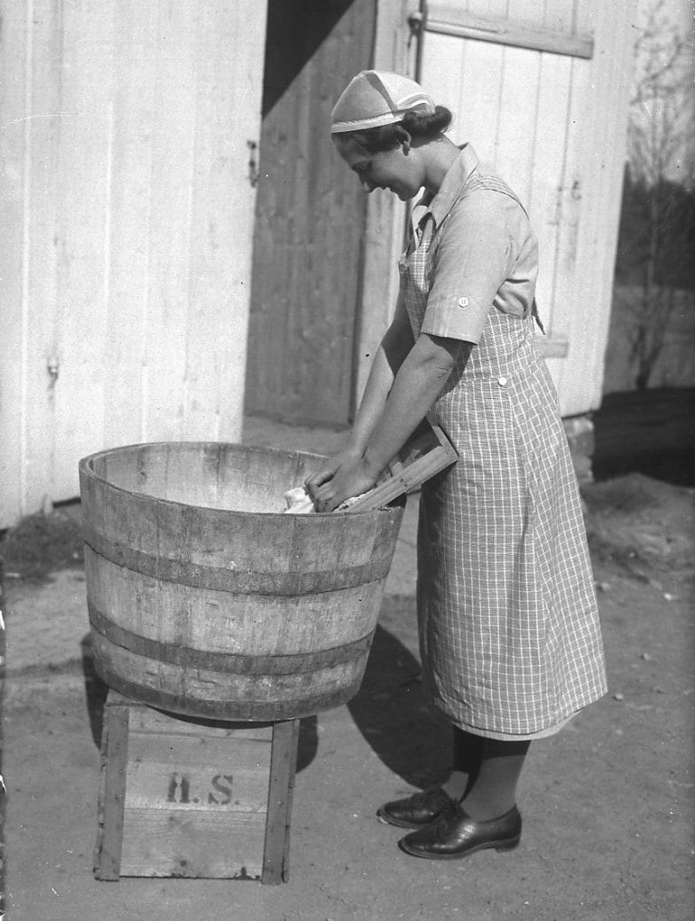 Ms Juliane Solbraa Bay using the washboard in 1935. | Photo: Esther Langberg - Oslo Museum cc by-sa.