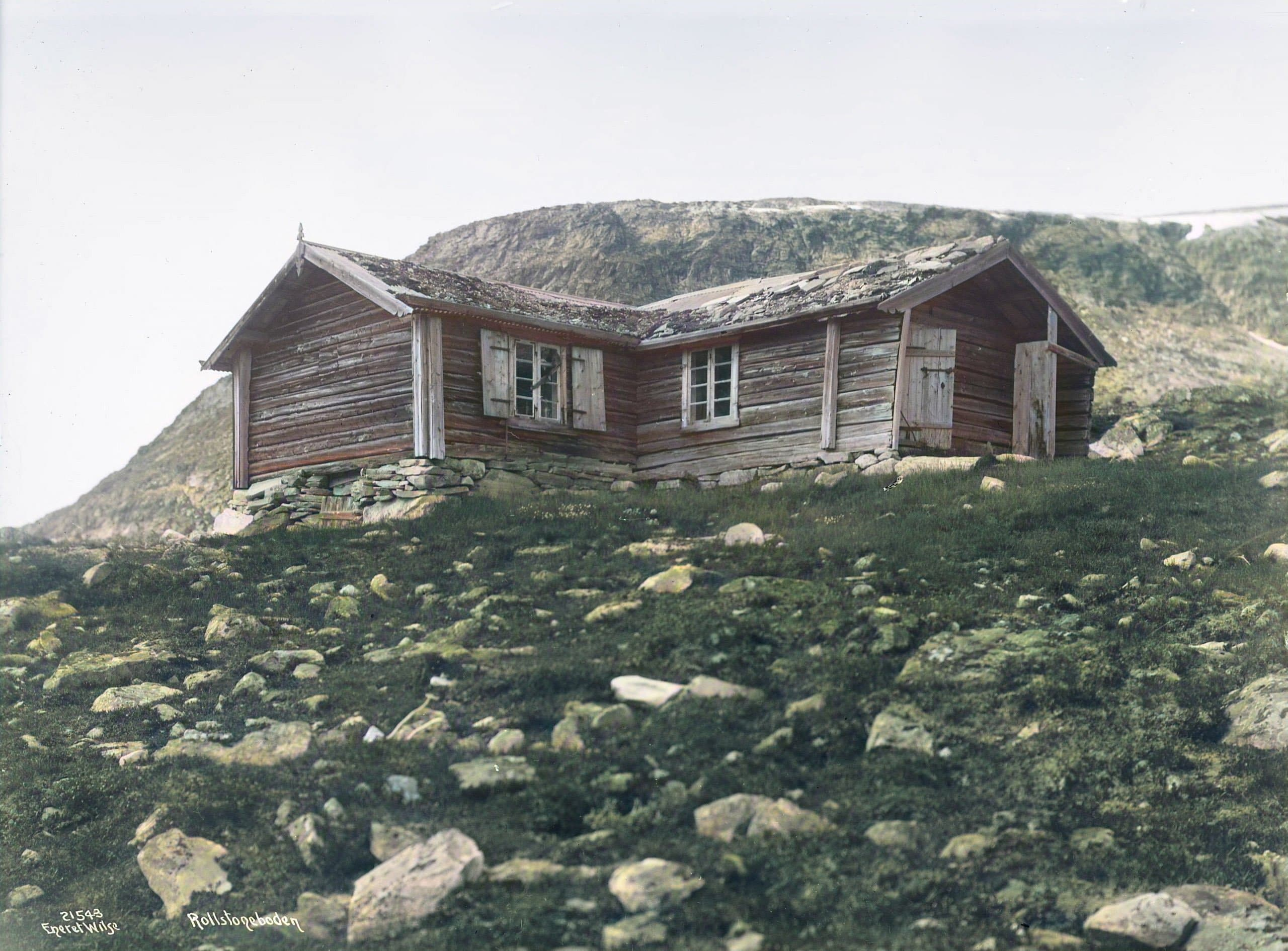 The mountain cabin Rollstadbu - at Dovre, Oppland, Norway - in 1920. | Photo: Anders Beer Wilse - Norsk Folkemuseum DeOldify cc pdm.