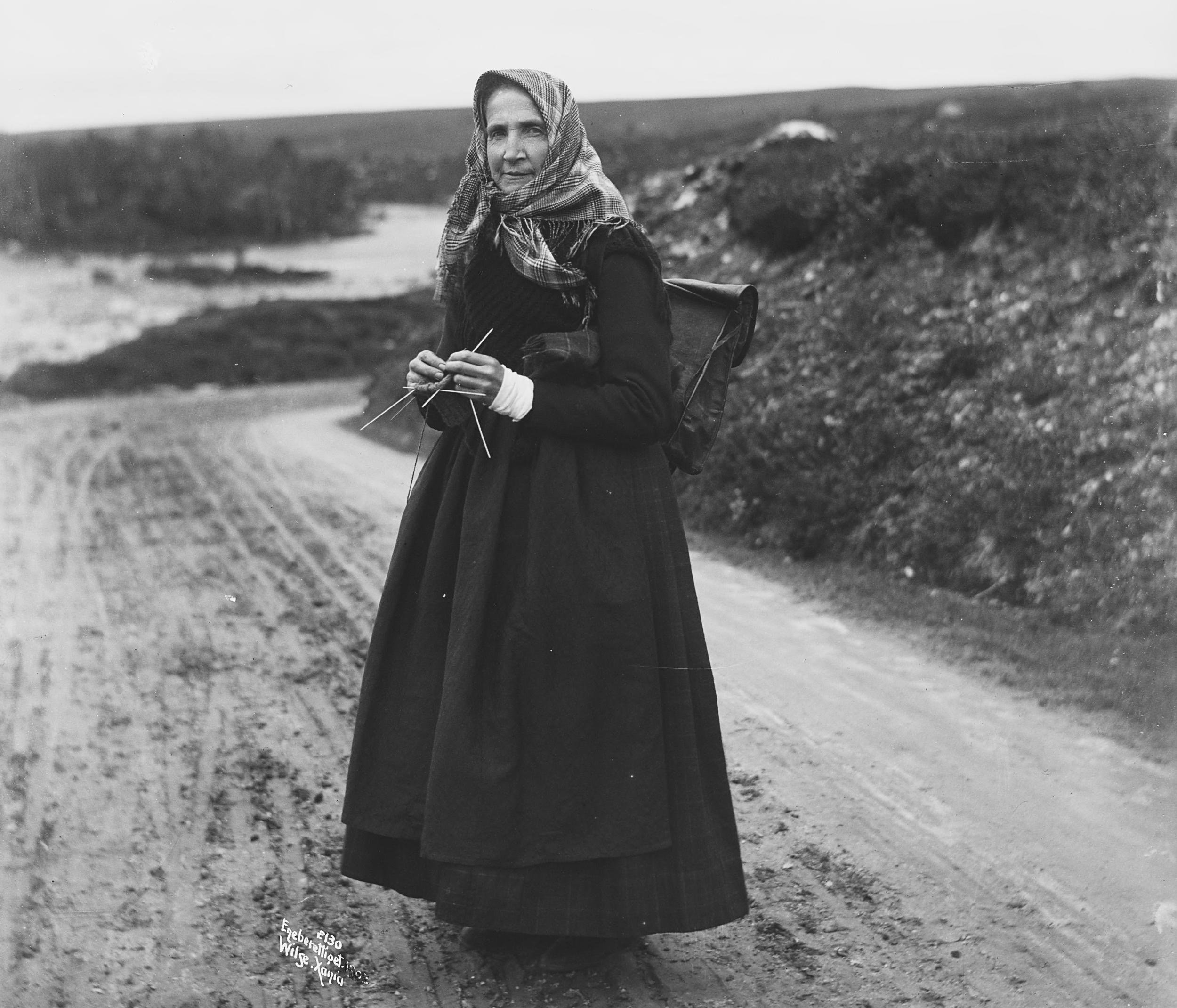 Illustration photo. Walking and knitting at the same time - in 1903. | Photo: Anders Beer Wilse - Norsk Folkemuseum cc pdm.