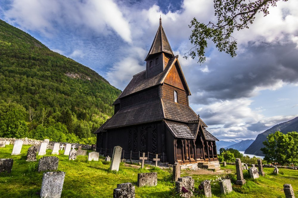 The Urnes stave church and its graveyard - in Luster, Sogn og Fjordane, Norway. | Photo: © rpbmedia - stock.adobe.com.