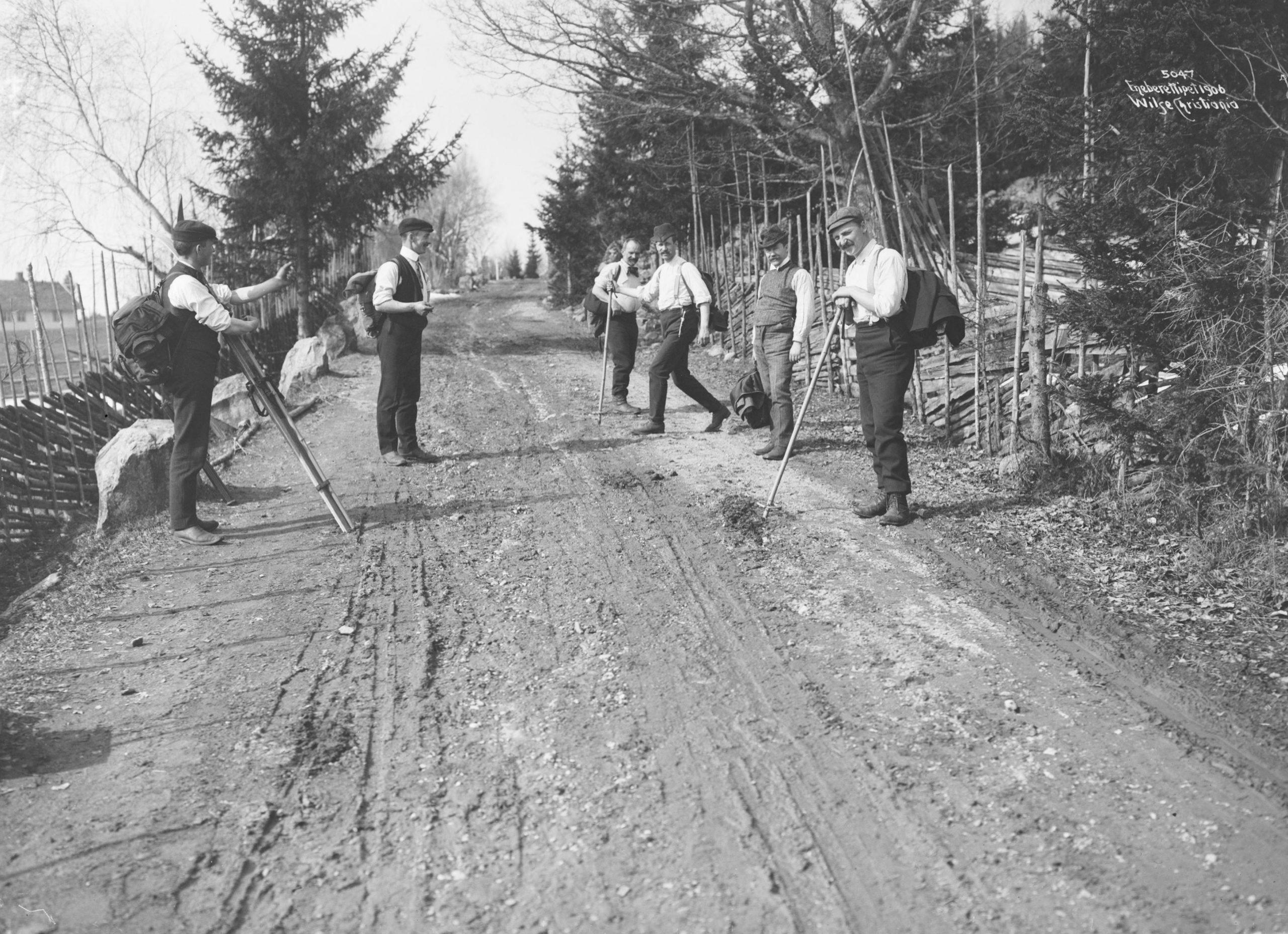 On their way home. Brøttum, Sjusjøen, Ringsaker, Hedmark, Norway - Easter in 1906. | Photo: Anders Beer Wilse - Norsk Folkemuseum cc pdm.