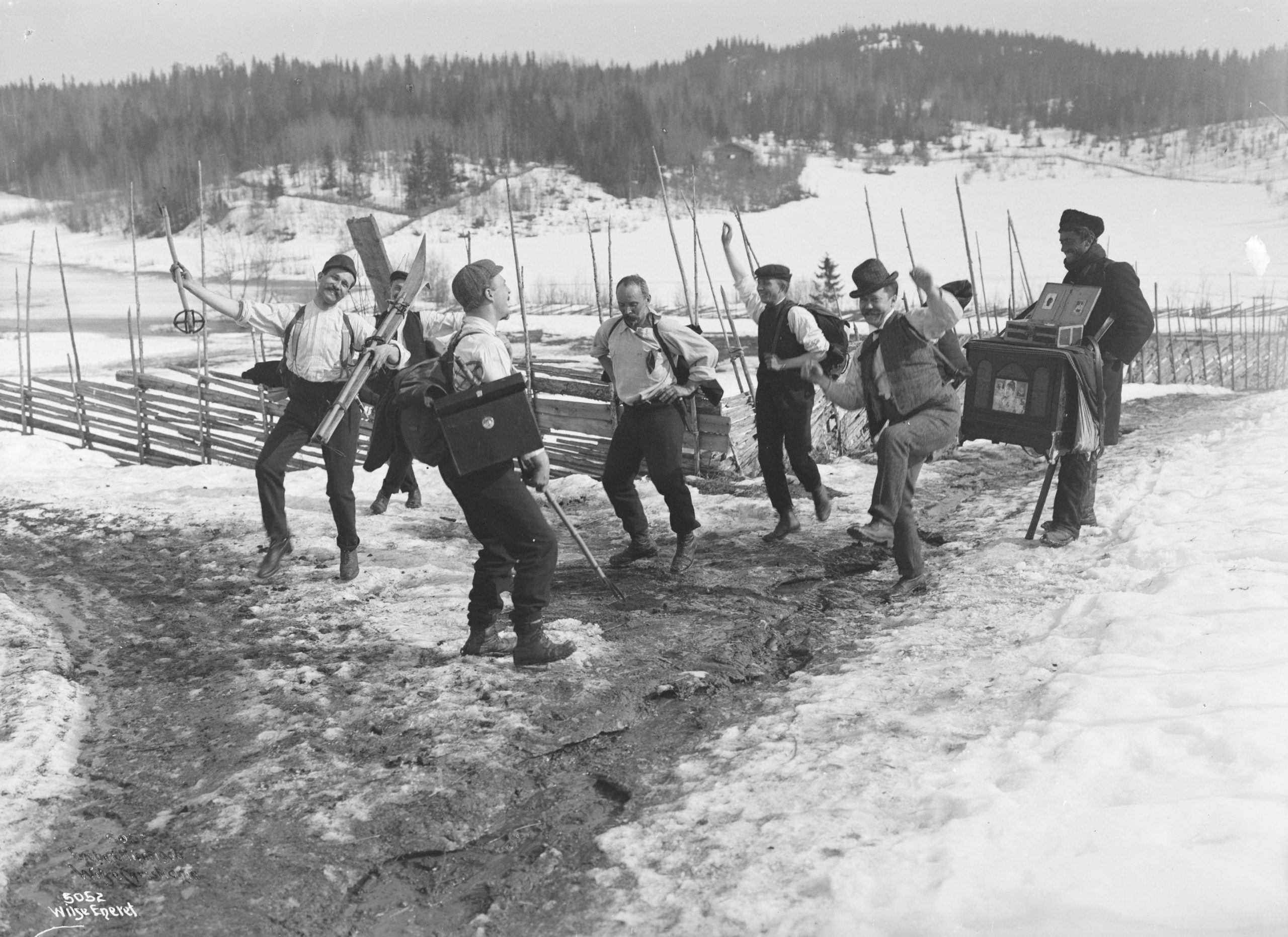 This photo comes with the caption «The idiots are dancing». Brøttum, Sjusjøen, Ringsaker, Hedmark, Norway - Easter in 1906. | Photo: Anders Beer Wilse - Norsk Folkemuseum cc pdm.