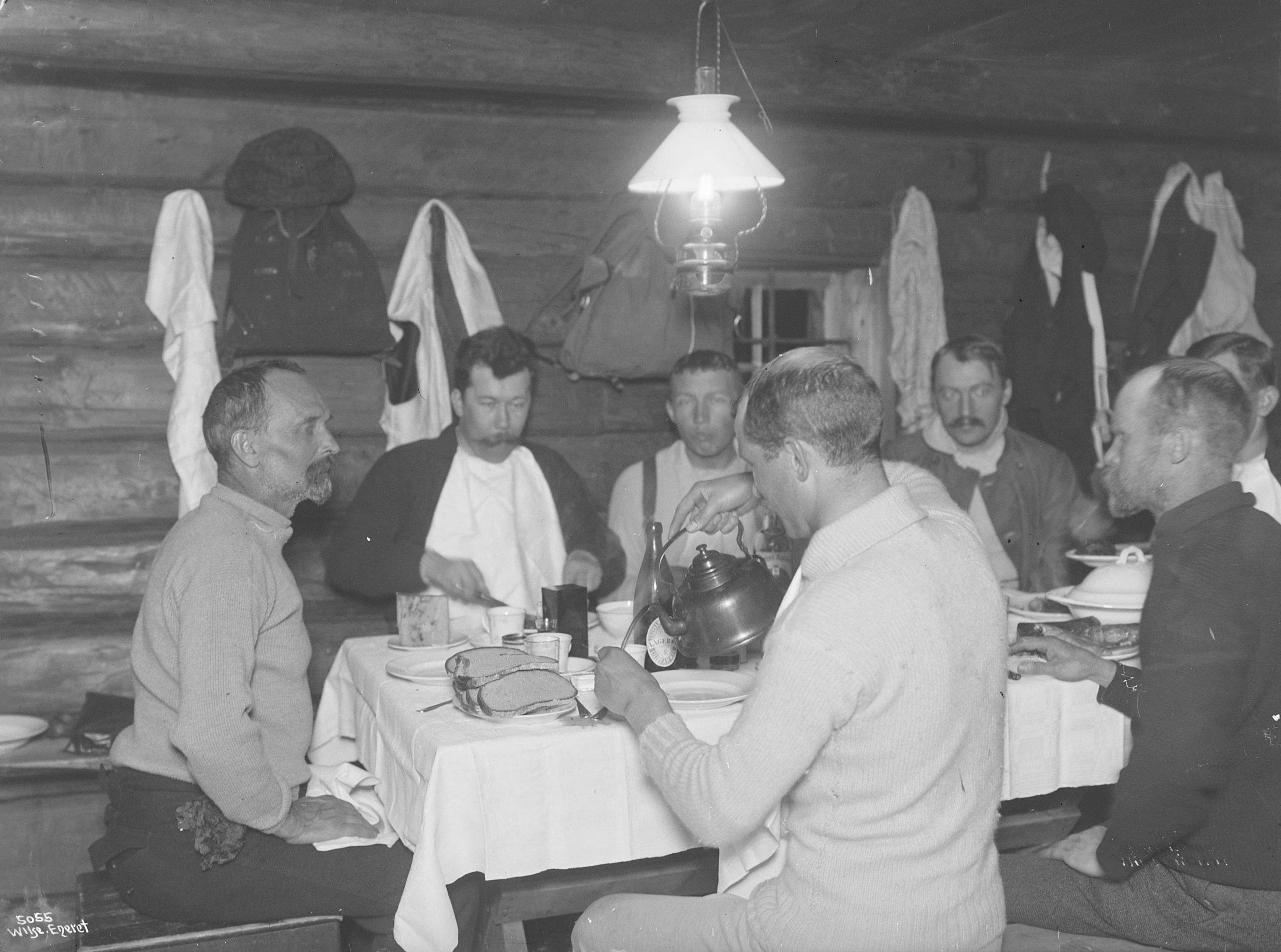Time for food and a jolly conversation. Brøttum, Sjusjøen, Ringsaker, Hedmark, Norway - Easter in 1906. | Photo: Anders Beer Wilse - Norsk Folkemuseum cc pdm.