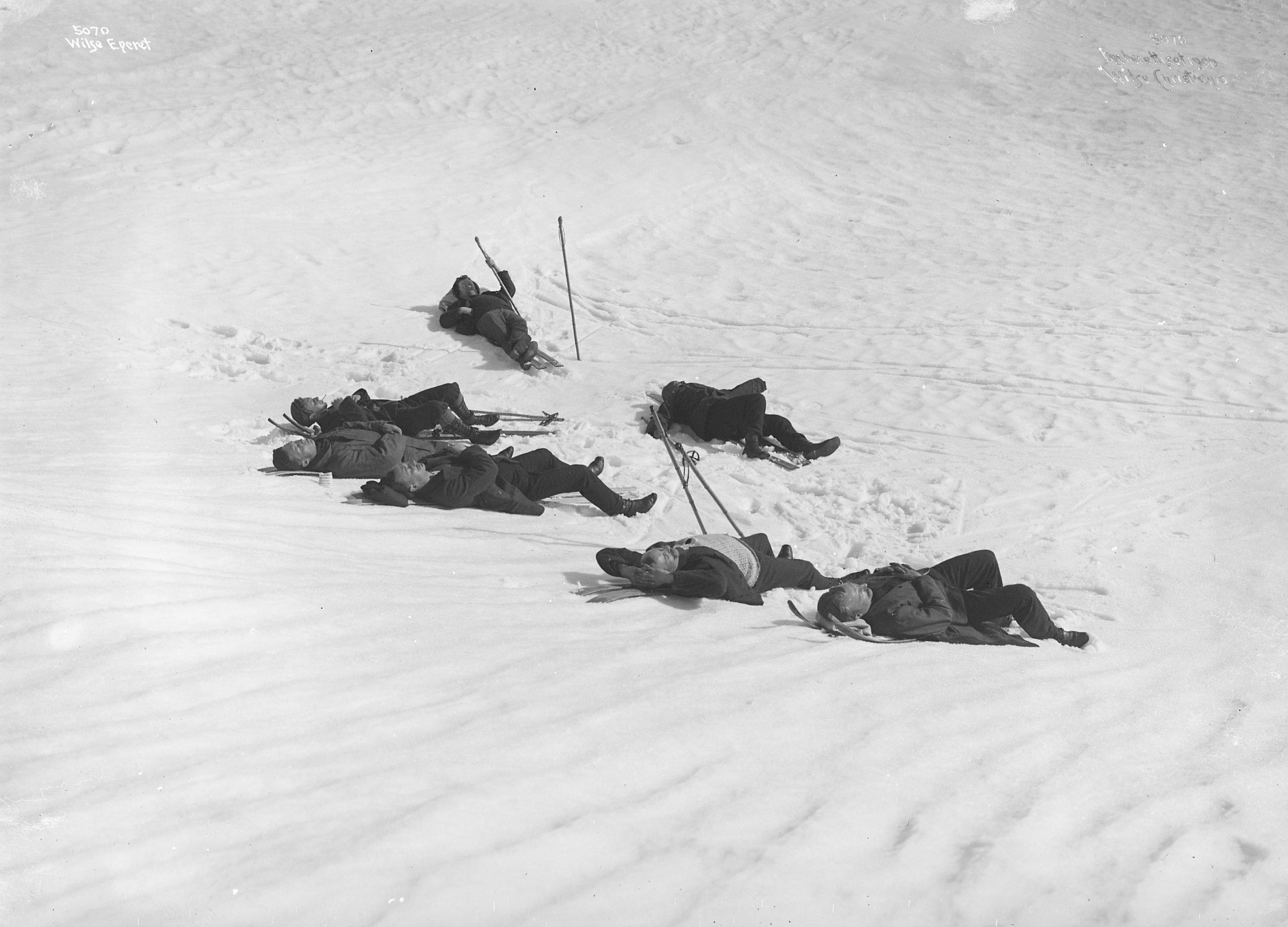 After a long winter, the Norwegians can't get enough of the warming sun. røttum, Sjusjøen, Ringsaker, Hedmark, Norway - Easter in 1906. | Photo: Anders Beer Wilse - Norsk Folkemuseum cc pdm.