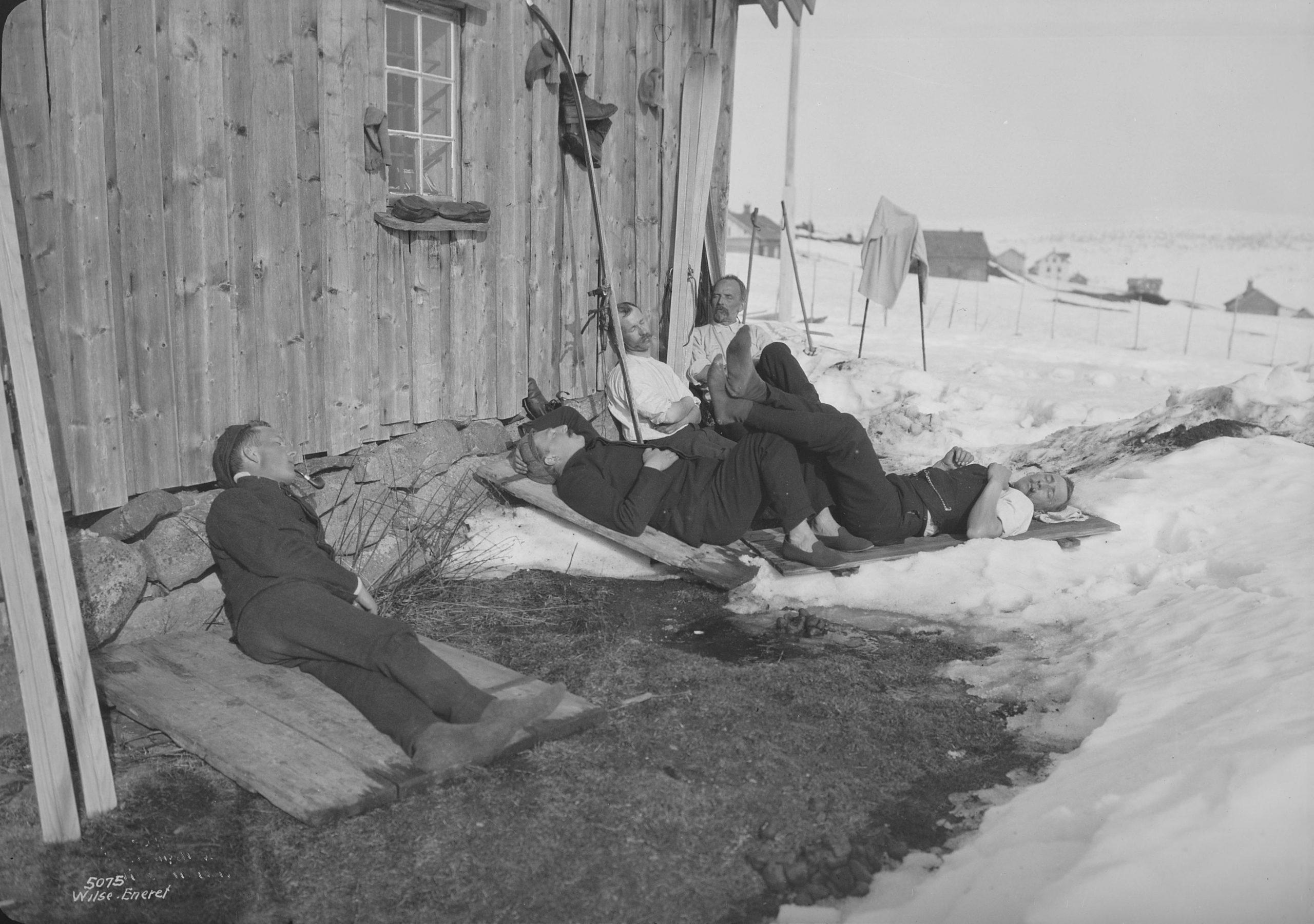 Basking in the spring sun. Brøttum, Sjusjøen, Ringsaker, Hedmark, Norway - Easter in 1906. | Photo: Anders Beer Wilse - Norsk Folkemuseum cc pdm.