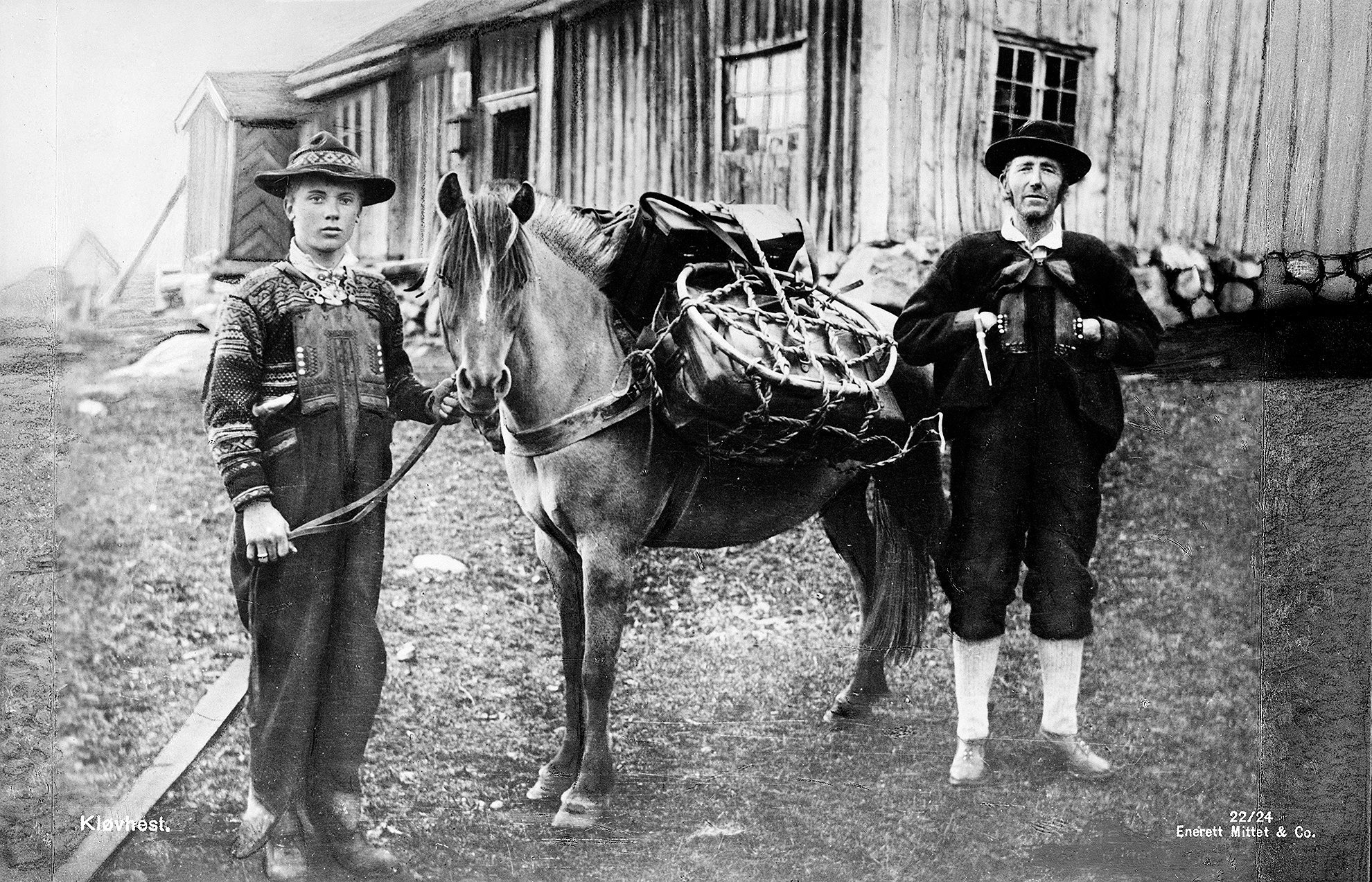 How the budrått often was brought home from the summer pasture farm. Except for the formal wear. From the early 1900s. | Photo: Mittet & Co. AS cc pdm.